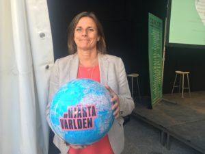 Isabella Lövin (Mp) minister för internationellt utvecklingssamarbete, hjärtar världen
