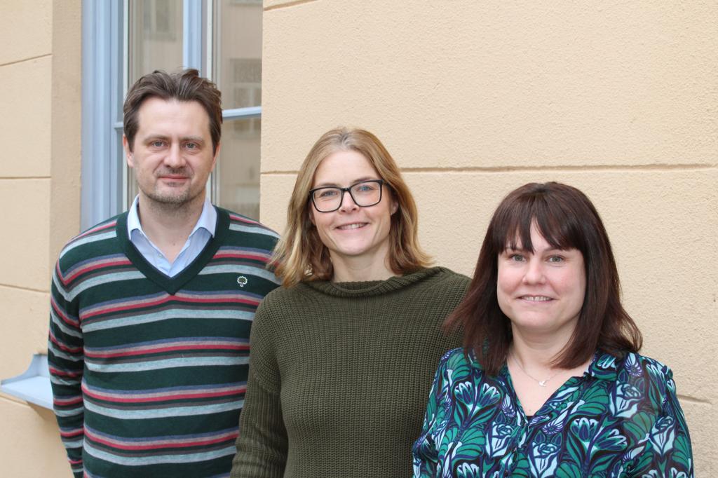 Henrik Halvardsson, policysamordnare, Cecilia Nilsson Kleffner, verksamhetschef, och Sara Dynesius, ekonom och administratör, utanför CONCORD Sveriges kansli.