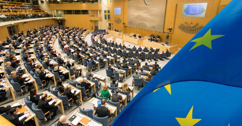 Riksdagen och EU-flagga. Foto: Ingemar Edfalk, Sveriges riksdag